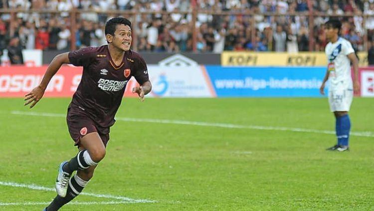 Selebrasi Rizky Pellu usai berhasil mencetak gol kedua PSM Makassar di laga Liga 1. Copyright: © Instagram@psmimages