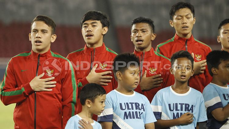 Para punggawa Timnas U-19 saat menyanyikan lagu Indonesia Raya Copyright: © Abdurrahman Ranala/INDOSPORT
