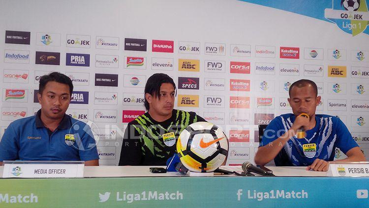 Fernando Soler (tengah) didampingi oleh Supardi (kanan) pada saat press conference jelang laga lawan PS Tira. Copyright: © Arif Rahman/INDOSPORT