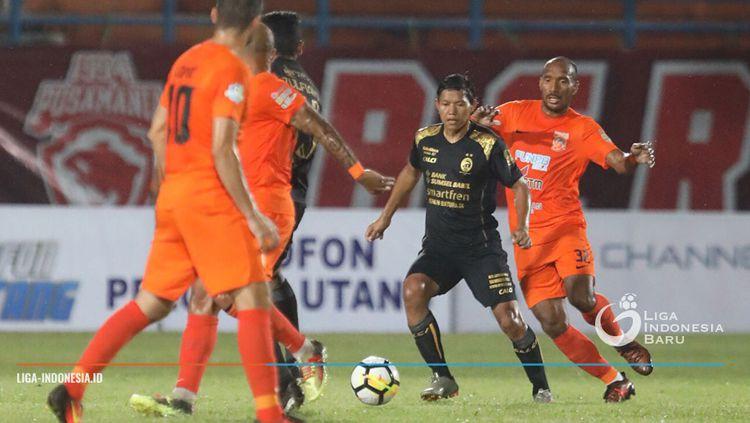 Adam Alis (tengah) diantara kepungan para pemain Borneo FC. Copyright: © Liga Indonesia