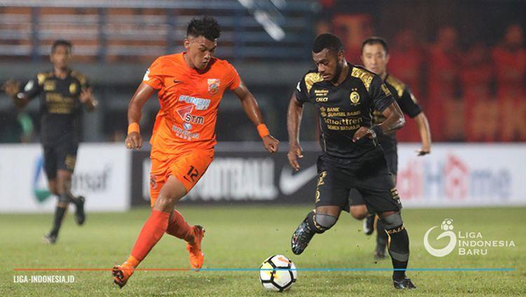 Lerby Eliandry (kiri) mencoba melewati salah satu pemain Sriwijaya FC. Copyright: © Liga Indonesia
