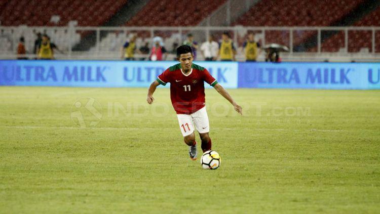 Firza Andika saat menggiring bola. Copyright: © Abdurrahman Ranala/INDOSPORT