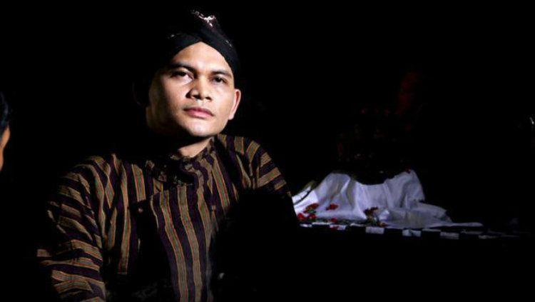 Mbah Mijan, paranormal Indonesia yang memberikan tanggapannya terkait video dari pebulutangkis Tanah Air, Jonatan Christie. Copyright: © kapanlagi.com