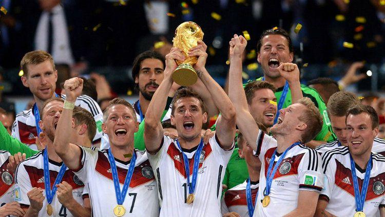 Timnas Jerman mengangkat trofi Piala Dunia tahun 2014 lalu Copyright: © FIFA