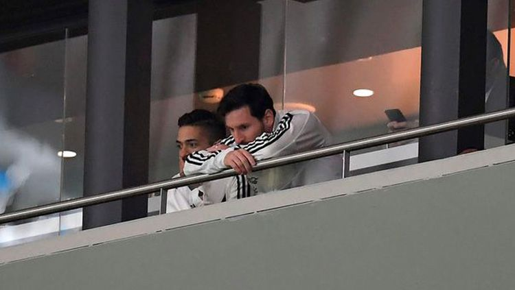 Lionel Messi menyaksikan laga Timnas Argentina vs Timnas Spanyol dari tribun VIP. Copyright: © Mirror