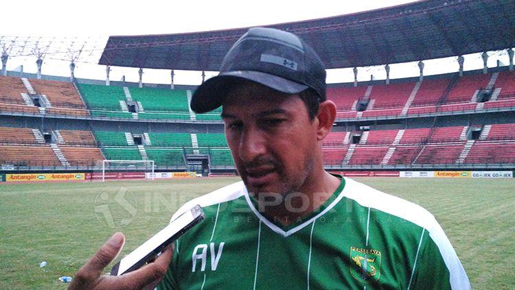 Pelatih Persebaya Surabaya, Alfredo Vera. Copyright: © Fitra Herdian/INDOSPORT