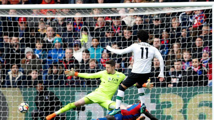 Mohamed Salah mencetak gol kemenangan Liverpool (31/03/18). Copyright: © Reuters