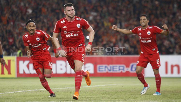 Selebrasi Marko Simic dan rekannya atas gol kedua. Herry Ibrahim Copyright: © Herry Ibrahim/INDOSPORT