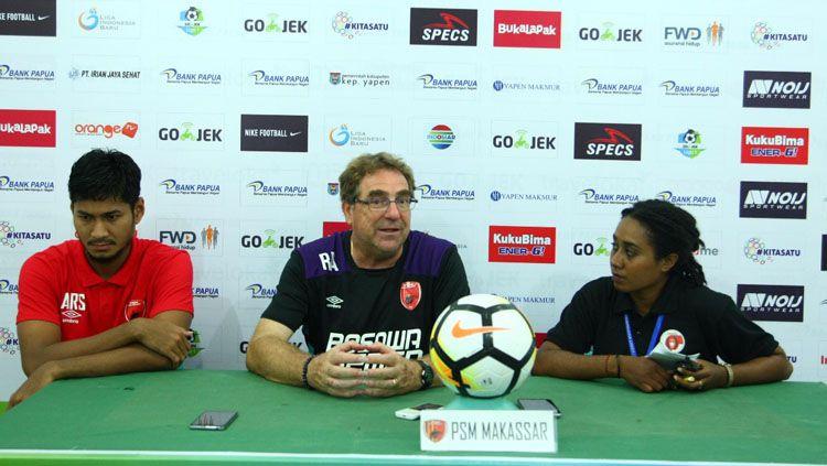 Robert Rene Albert (tengah), pelatih PSM Makassar. Copyright: © Media PSM