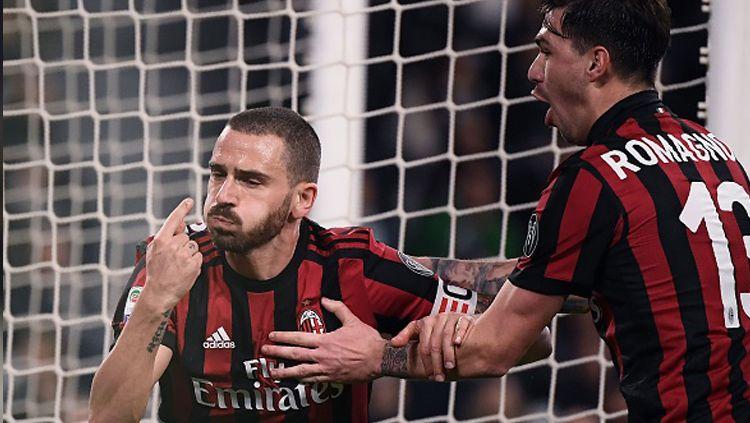 Leonardo Bonucci saat melakukan selebrasi usai mencetak gol untuk Milan ke gawang Juventus. Copyright: © INDOSPORT