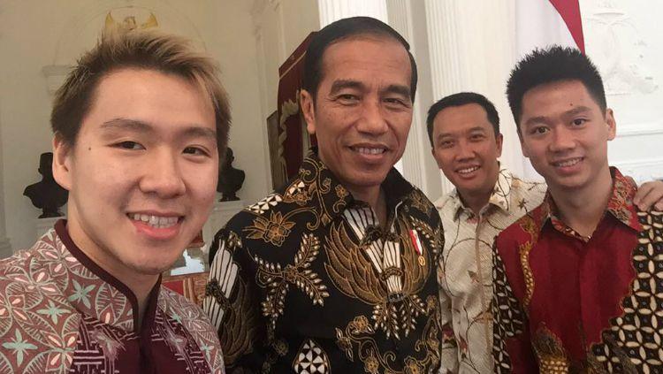 Marcus Fernaldi Gideon/Kevin Sanjaya Sukamuljo selfie dengan Presiden Jokowi dan Menpora Imam Nahrawi. Copyright: © Instagram/Kevin Sanjaya