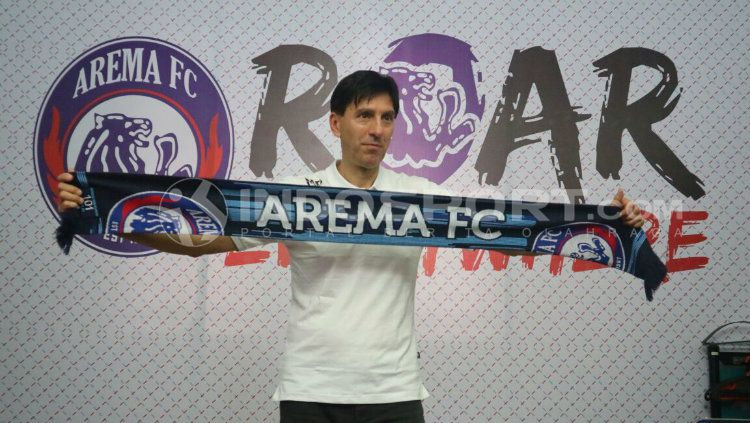 Pelatih baru Arema FC, Milan Petrovic saat diperkenalkan. Copyright: © Ian Setiawan/INDOSPORT