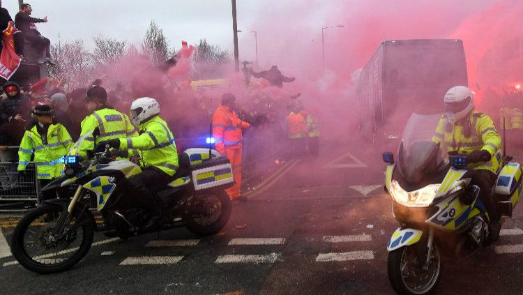 Kerusuhan suporter Liverpool yang melakukan pelemparan ke bus Manchester City. Copyright: © Getty Images