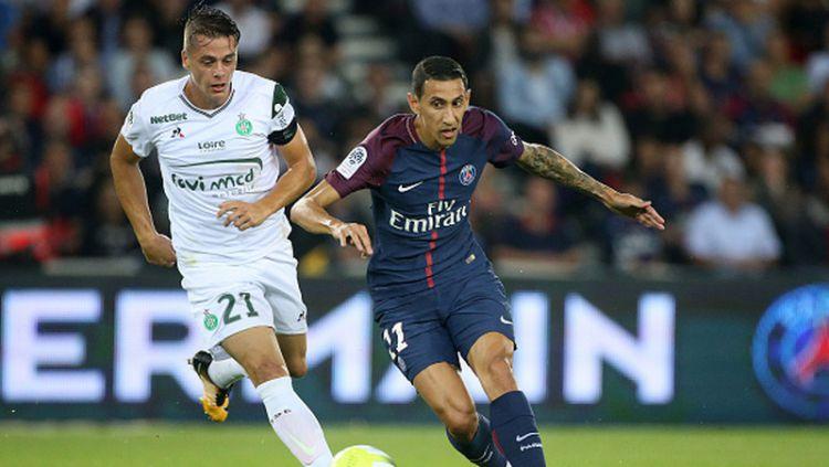 Angel Di Maria (kanan) saat dijaga oleh pemain Saint-Etienne. Copyright: © Getty Images