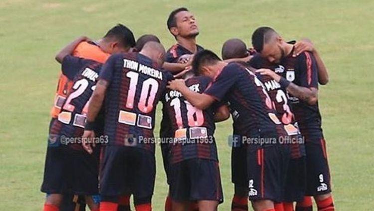 Para pemain Persipura Jayapura melakukan doa bersama sebelum pertandingan. Copyright: © Instagram@persipurapapua1963