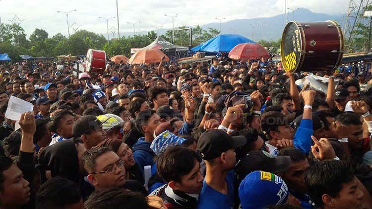 Ribuan Bobotoh siap menyaksikan laga Persib Bandung kontra Mitra Kukar. Copyright: © Arif Rahman/INDOSPORT