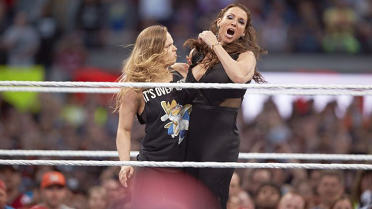 Setelah Ronda Rousey, kali ini giliran mantan UFC Heavyweight Champion, Cain Velasquez yang bergabung dengan WWE. Copyright: © Getty Images