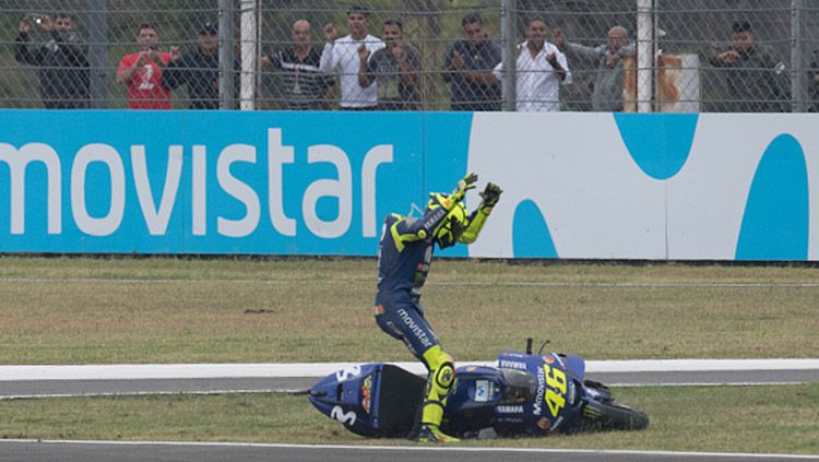 Ekspresi Valentino Rossi saat jatuh di lintasan. Copyright: © INDOSPORT