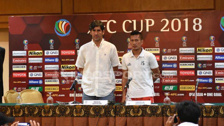 Preskon jelang laga AFC Cup, Persija Jakarta vs Johor Darul Takzim FC, Ismeda Sofyan dan pelatih Stefano Cugurra Teco. Copyright: © Herry Ibrahim/INDOSPORT.COM