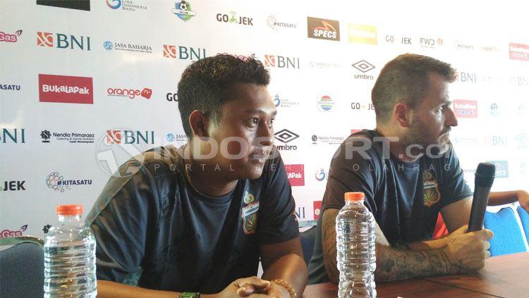 Antoni, Penerjemah Pelatih Bhayangkara FC, Simon McMenemy. Copyright: © Fitra Herdian/INDOSPORT