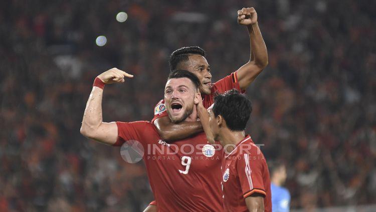 Selebrasi Marko Simic dengan Ramdani Lestaluhu dan Novri Setiawan usai mencetak gol ketiga. Copyright: © Herry Ibrahim/INDOSPORT
