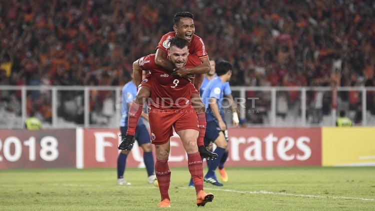 Selebrasi Marko Simic dengan Ramdani Lestaluhu usai mencetak gol ketiga. Copyright: © Herry Ibrahim/INDOSPORT