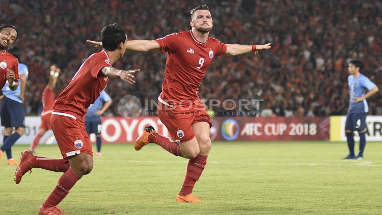 Selebrasi Marko Simic usai mencetak gol pertama ke gawang JDT. Copyright: © Herry Ibrahim/INDOSPORT