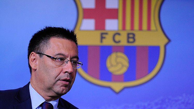 Legenda Barcelona, Rivaldo, meminta agar klub lebih memikirkan penampilan di pertandingan alih-alih mempertanyakan keputusan VAR wasit LaLiga Spanyol. Copyright: © Getty Images