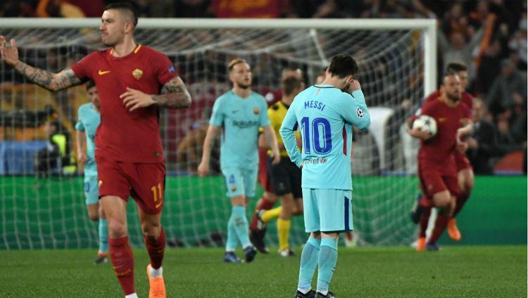 Lionel Messi tertunduk lesu usai Barcelona disingkirkan oleh AS Roma (11/04/18). Copyright: © Andreas Solaro