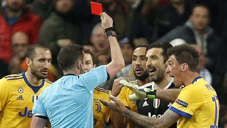 Michael Oliver saat memberikan kartu merah kepada Gianluigi Buffon. Copyright: © Getty Images