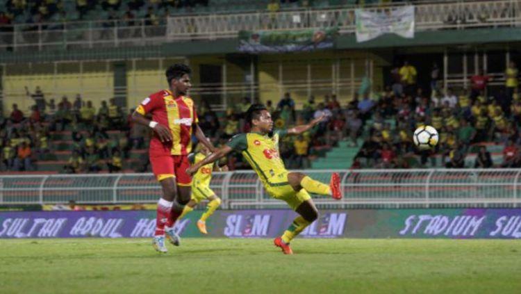Andik Vermansah (kanan) menghadapi mantan timnya, Selangor FA. Copyright: © Berita Harian