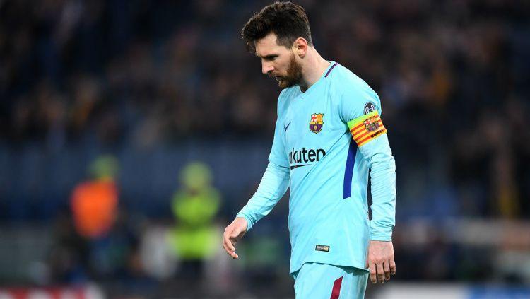 Lionel Messi menundukkan kepalanya usai Barcelona tersingkir dari Liga Champions. Copyright: © Getty Images