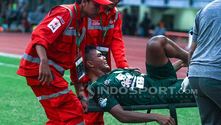 Rachmat Irianto saat mengalami cedera saat membela Persebaya Surabaya. Copyright: © Fitra Herdian/INDOSPORT