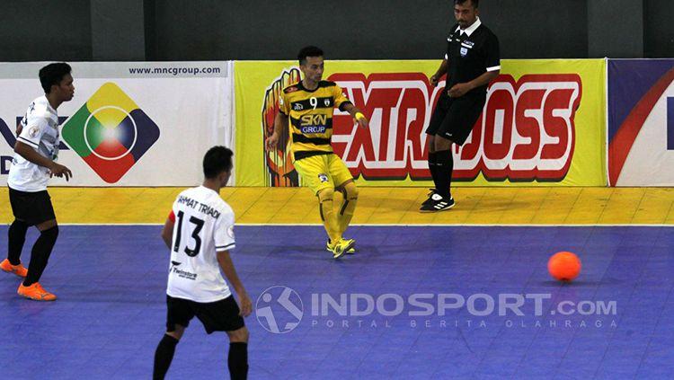 Dumai (putih) berhasil menang 3-2 atas SKN FC (kuning). Copyright: © Zainal Hasan/INDOSPORT