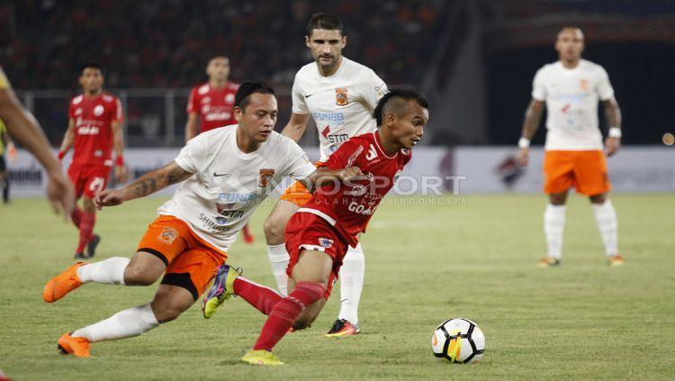 Riko Simanjuntak saat menguasai bola dan diganggu pemain Borneo FC. Copyright: © INDOSPORT/Herry Ibrahim