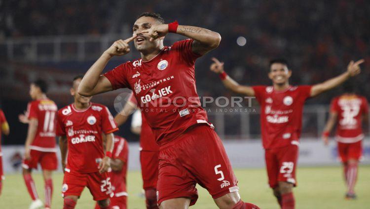 Selebrasi Jaimerson da Silva saat buat gol lawan Borneo FC. Copyright: © INDOSPORT/Herry Ibrahim