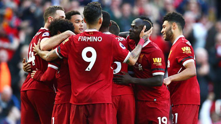 Skuat Liverpool merayakan gol yang dicetak oleh Mohamed Salah. Copyright: © Getty Images
