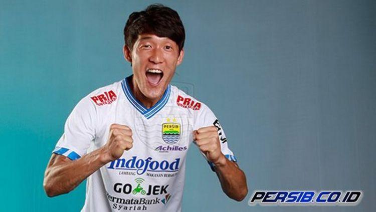 Oh In-kyun dengan jersey putih. Copyright: © Persib.co.id