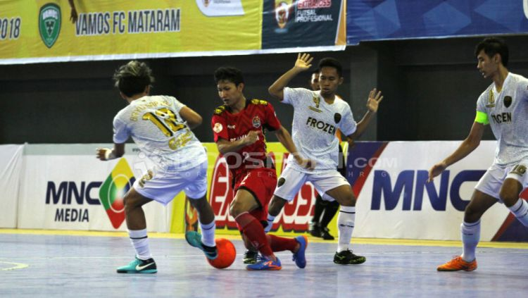 Vamos Mataram (Putih) vs APK (Merah) Copyright: © Zainal Hasan/INDOSPORT.COM