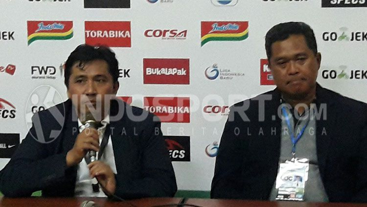 Sudarmaji (Media Officer/kiri) didampingi Abdul Haris (Ketua Panpel). Copyright: © Ian Setiawan/INDOSPORT