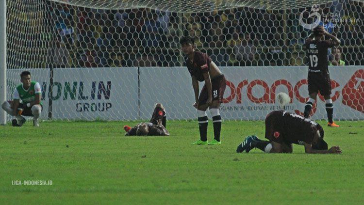 Para pemain PSM Makassar tertunduk lesu saat kebobolan oleh Barito Putera di menit-menit akhir. Copyright: © Liga Indonesia.id