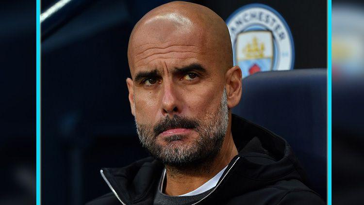 Pep Guardiola, pelatih Manchester City saat memantau timnya dari pinggir lapangan. Copyright: © Getty Images