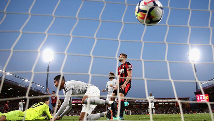 Momen gol Manchester United ke gawang Bournemouth yang diciptakan oleh Chris Smalling. Copyright: © Getty Images