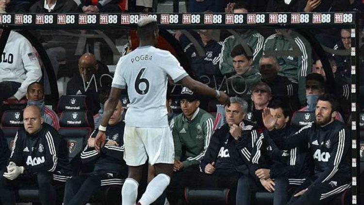 Paul Pogba usai diganti dan tidak menyalami Jose Mourinho. Copyright: © Getty Images