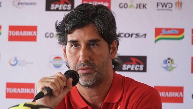 Pelatih Persija Jakarta, Stefano Cugurra Teco dalam jumpa pers. Copyright: © Media Persija