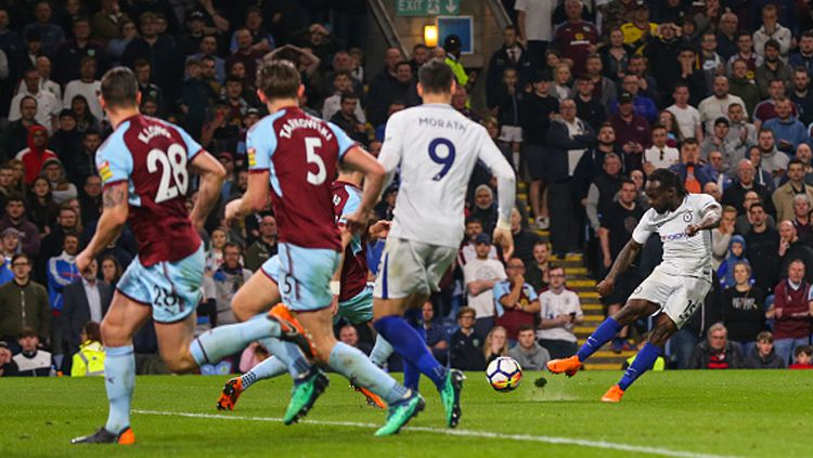 Victor Moses menjadi pemain paling mencolok di laga ini setelah memaksa gol bunuh diri lawan dan mencetak gol kemenangan. Copyright: © Getty Images