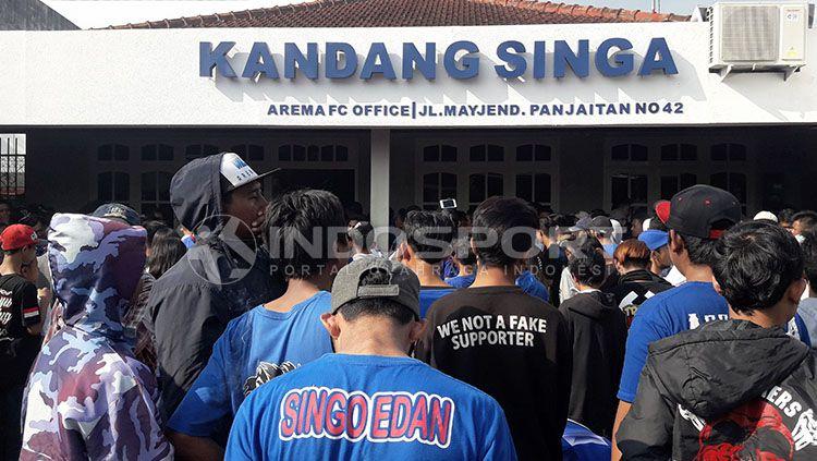 Aremania mendatangi kantor Arema FC. Copyright: © Ian Setiawan/INDOSPORT