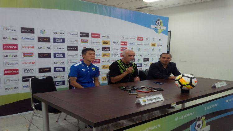 Pelatih Persib, Mario Gomez, bersama dengan Oh In-Kyun menghadiri konferensi pers usai laga Persib vs Borneo. Copyright: © INDOSPORT/Arif Rahman