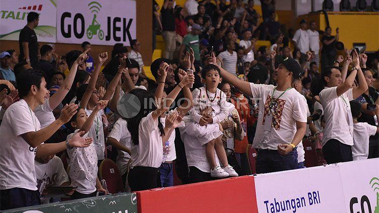 Kegembiraan para pendukung Pelita Jaya saat tim kesayangan mereka mengalahkan Satria Muda. Copyright: © INDOSPORT/Herry Ibrahim