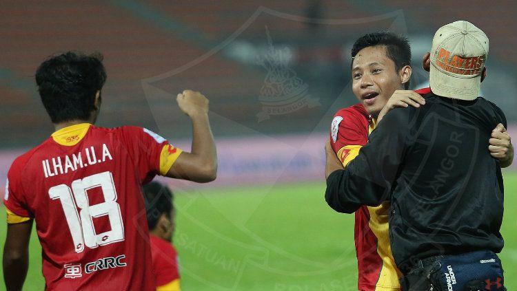 Pemain Selangor FA Ilham Udin Armaiyn dan Evan Dimas. Copyright: © Ofisial Selangor FA